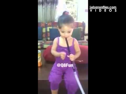 في صدمة جديدة.. أم تشجع طفلتها على تدخين الأرجيلة..! (فيديو)