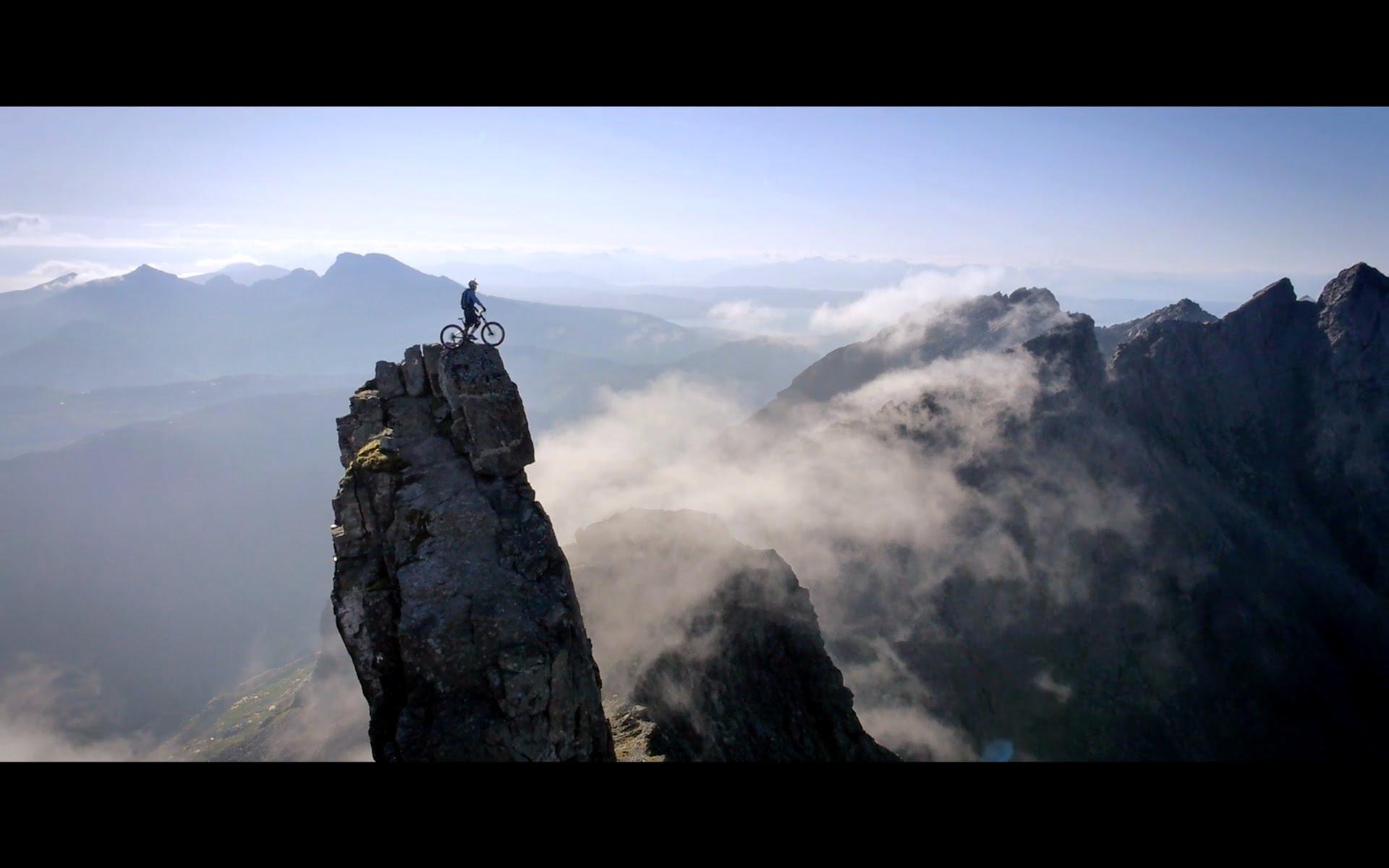 أخطر صعود لقمة جبل شاهق بوساطة دراجة هوائية..! (فيديو)