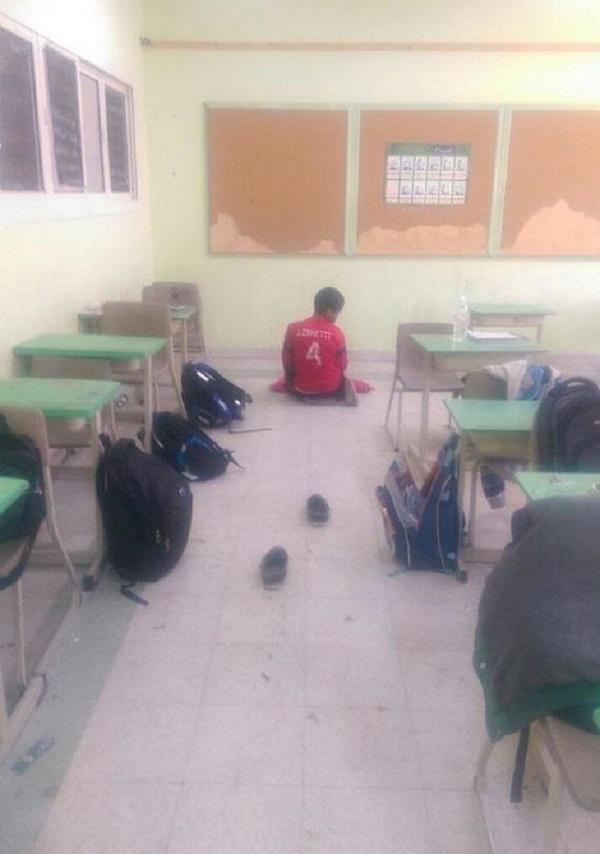 طالب يصلي الضحى