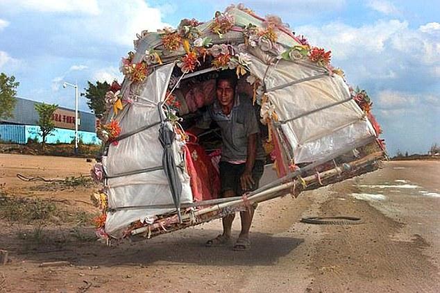 الرجل الحلزون إعادة تدوير القمامة