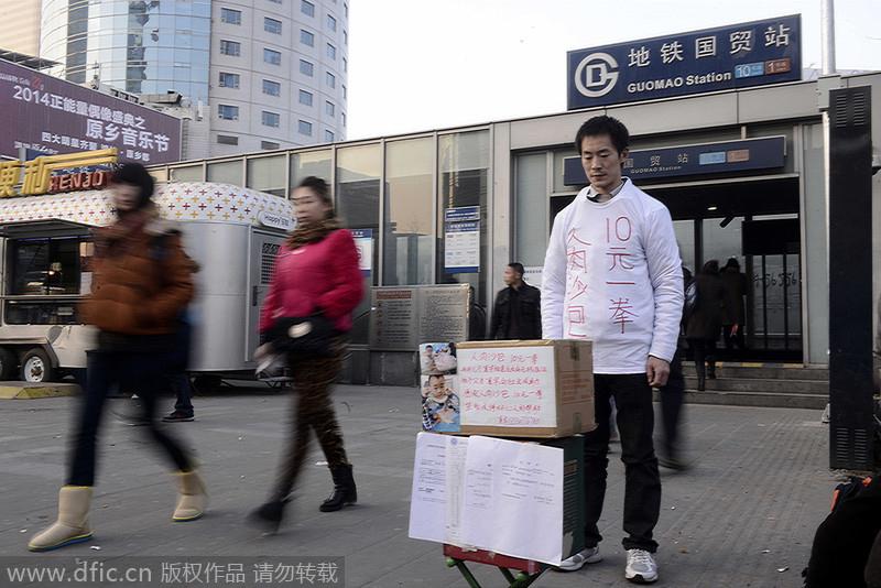 والد-يرتدي كيس اللكم لمساعدة ابنه