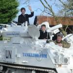 والد بريطاني ينقل أولاده إلى المدرسة بواسطة الدبابة