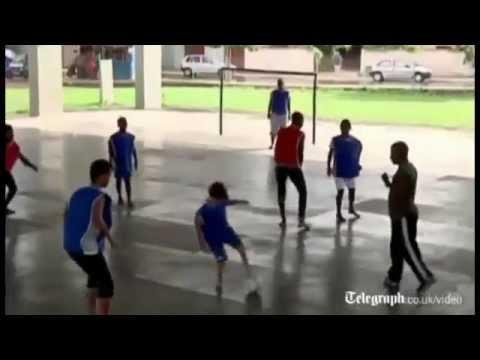 طفل بدون أقدام ويلعب كرة القدم