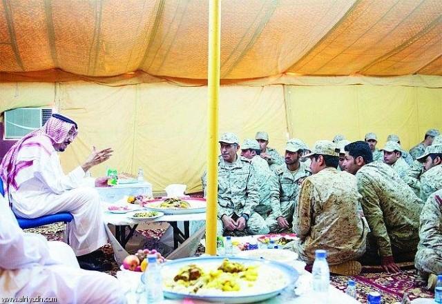 سلمان بن عبدالعزز يحضر بشخصه لمعايدة منسوبي القوات المسلحة بالمنطقة الشمالية، ويبدو وهو يتناول الطعام مع أفراد الجيش