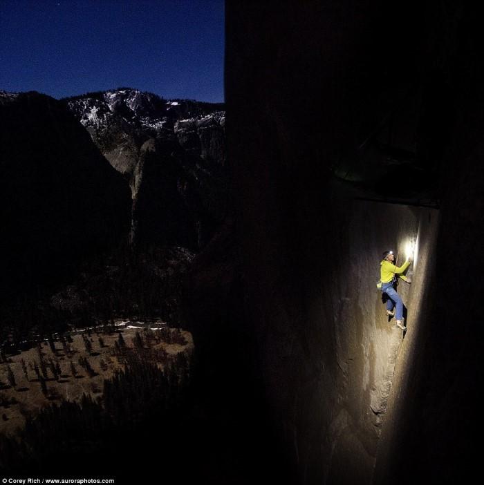 رجلان يصنعان التاريخ لتسلقهما منحدر صخري