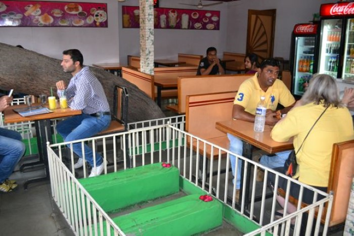 مطعم هندي يقدم وجباته بجانب القبور