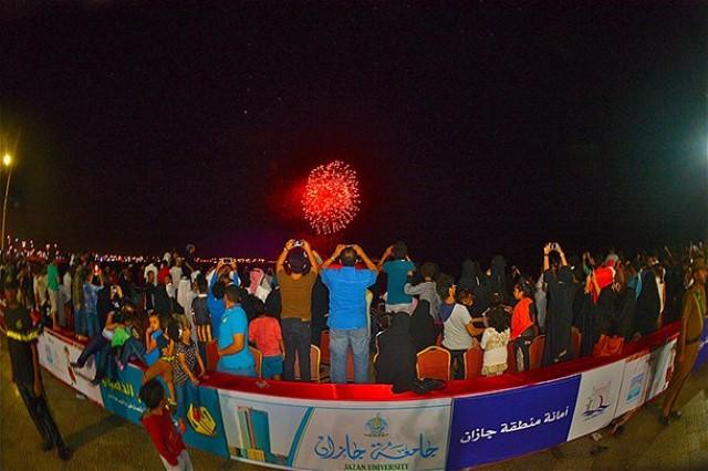 الألعاب النارية تضئ سماء جازان في السعودية