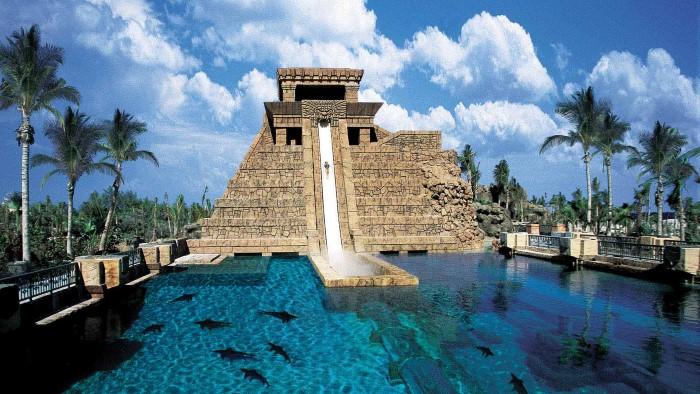 سباحة مع الألعاب المائية