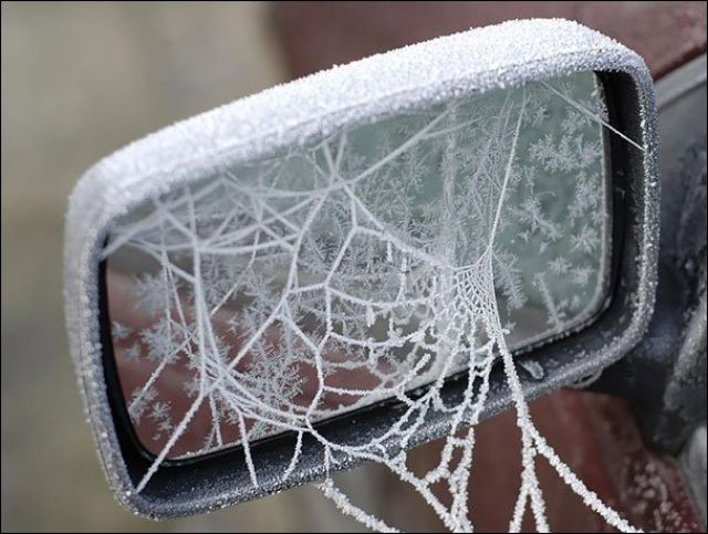 جمال الجليد الثلوج الذي صنع أشكال هندسية فريدة على أسطح السيارات والمنازل