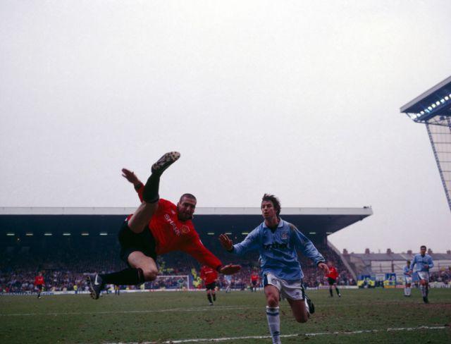 اريك كانتونا مع مانشستر يونايتيد ضد مانشستر سيتي، 1996