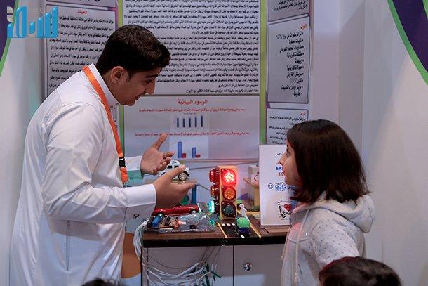 كان هذا الابتكار من بنات أفكار الطالب أحمد نصر ، الذي قام بتطويره وتحسينه بأسلوب ذكي، من أجل مساعدة سيارات الإسعاف والدفاع المدني والدوريات الأمنية من الوصول إلى مواقع الحادثة بسرعة.