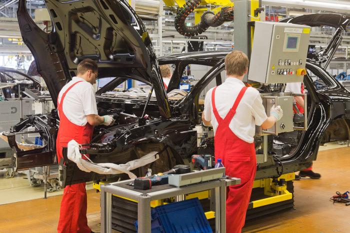 الروبوتات في مصنع سيارات