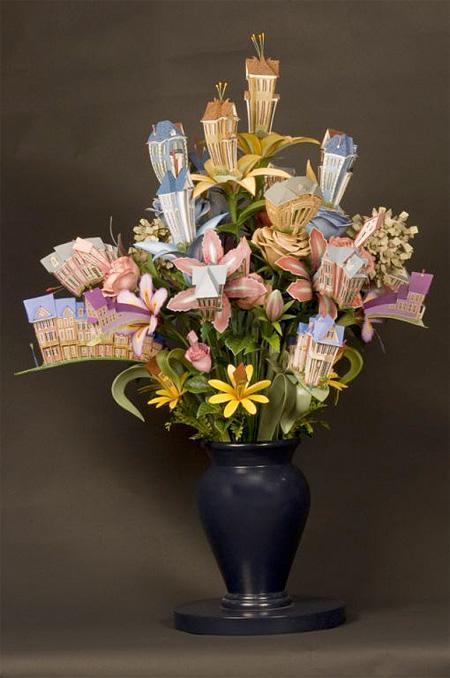 """قام الفنان """"جيمس جراشو"""" ببناء هذه المنازل الصغيرة الفيكتورية الممزوجة مع الزهور الجميلة. هذه الأعمال الفنية تم صنعها باستخدام القطع الخشبية التي تم نحتها بواسطة هذا الفنان بأسلوب إبداعي لتظهر هذه المنازل وسط الزهور الملونة والمختلفة الأحجام والأشكال."""