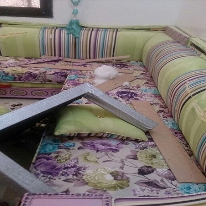 """الغضب يظهر جلياً في صور أثاث هذا المنزل المُحطم، والذي نتج عن مواطنة سعودية فقدت عقلها بعد أن علمت باقتران زوجها من أخرى، فقامت بصب كل غضبها على أثاث المنزل وممتلكات """"ضرتها""""، وحطمت المنزل الجديد من الداخل. فيما لم تُحدد المصادر موقع الحادثة."""
