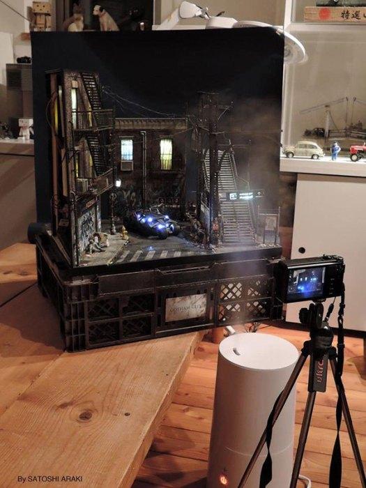 فنان ياباني يقوم ببناء مشهد من فيلم بتمان بأسلوب ديوراما مصغر