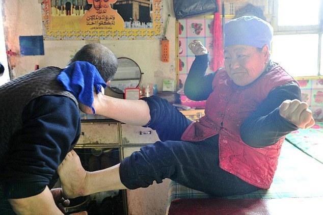 زوجة تستعين بأقدامها لحلق شعر زوجها