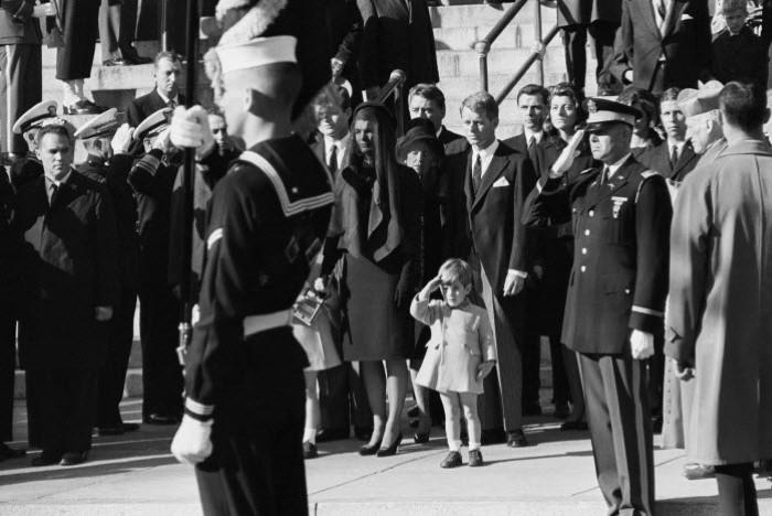 جون كينيدي الابن يلقي التحية على نعش والده