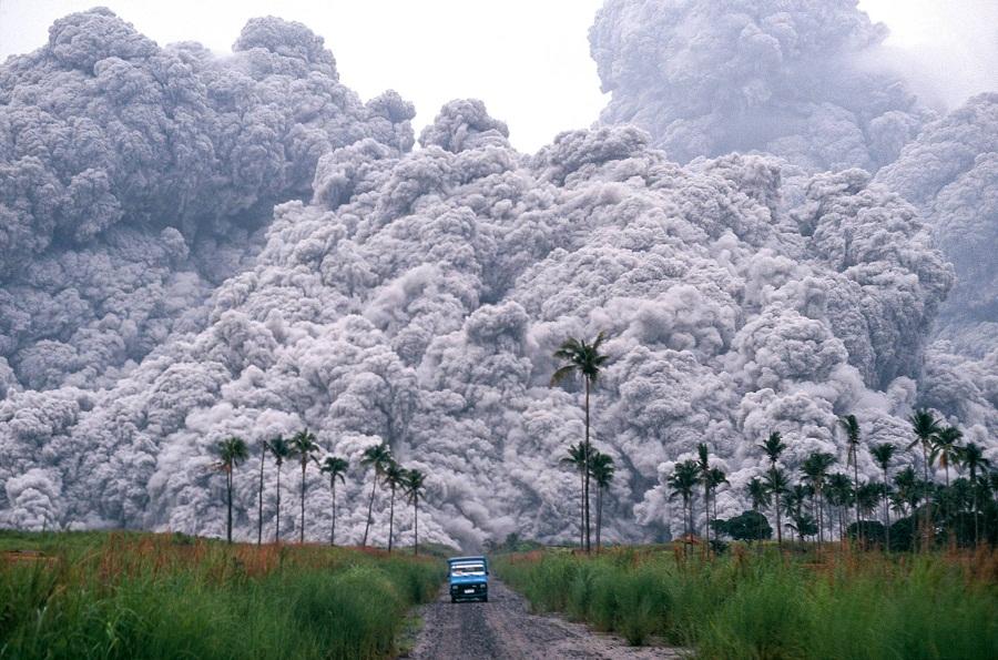 شاحنة صغيرة تفر من الحمم البركانية