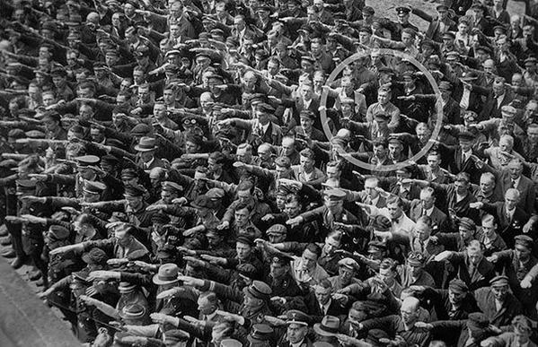 رجل يرفض تحية هتلر