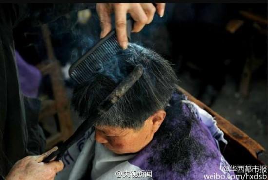 قص الشعر باستخدام الملاقط الساخنة