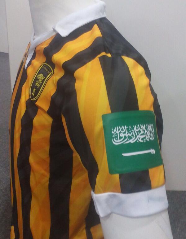 العلم السعودي يزين أطقم لاعبي وحكام دوري عبداللطيف جميل تفاعلاً مع عاصفة الحزم