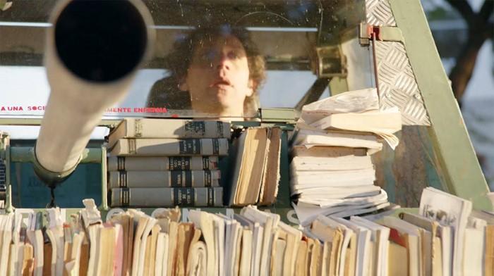 دبابة تجوب شوارع الأرجنتين لتوزيع الكتب