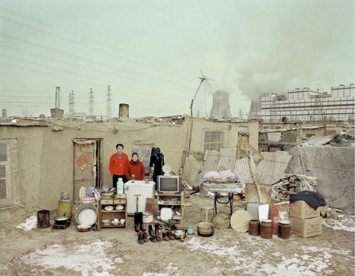 صور لعائلات صينية مع ممتلكات منزلهم التقليدية
