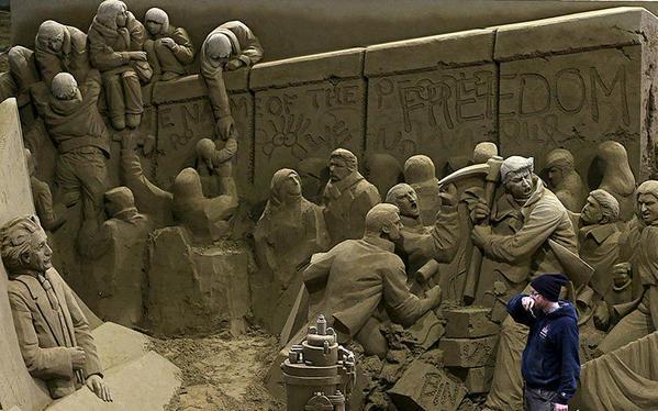 لوحة تصور سقوط جدار برلين