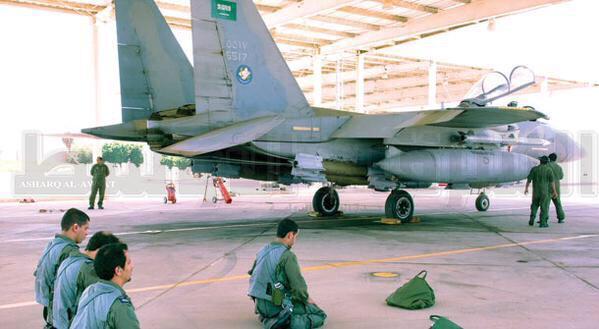 طيارون سعوديون يؤدون الصلا