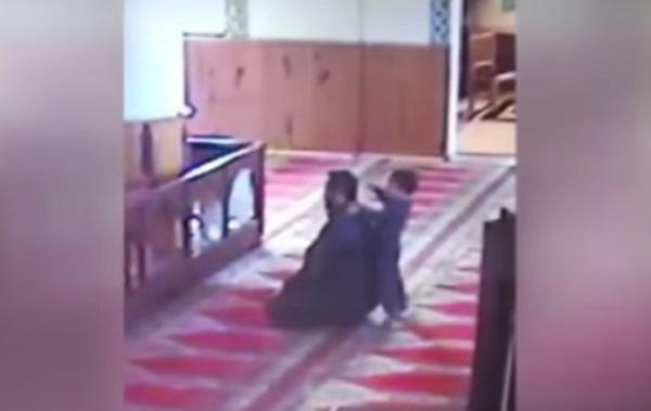 فيديو طفل-يقفز-على-والده