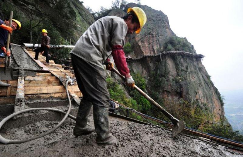 عمال بناء على جبل تيانمن