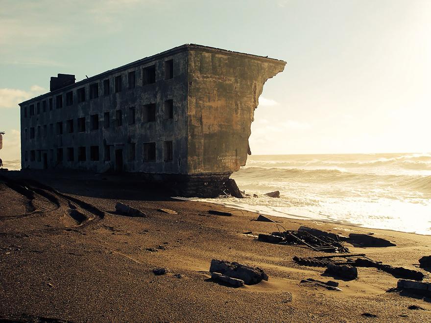 مبنى بجانب البحر