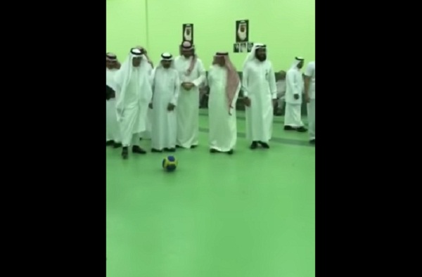 فيديو وزير-الصحة-يلعب-كورة