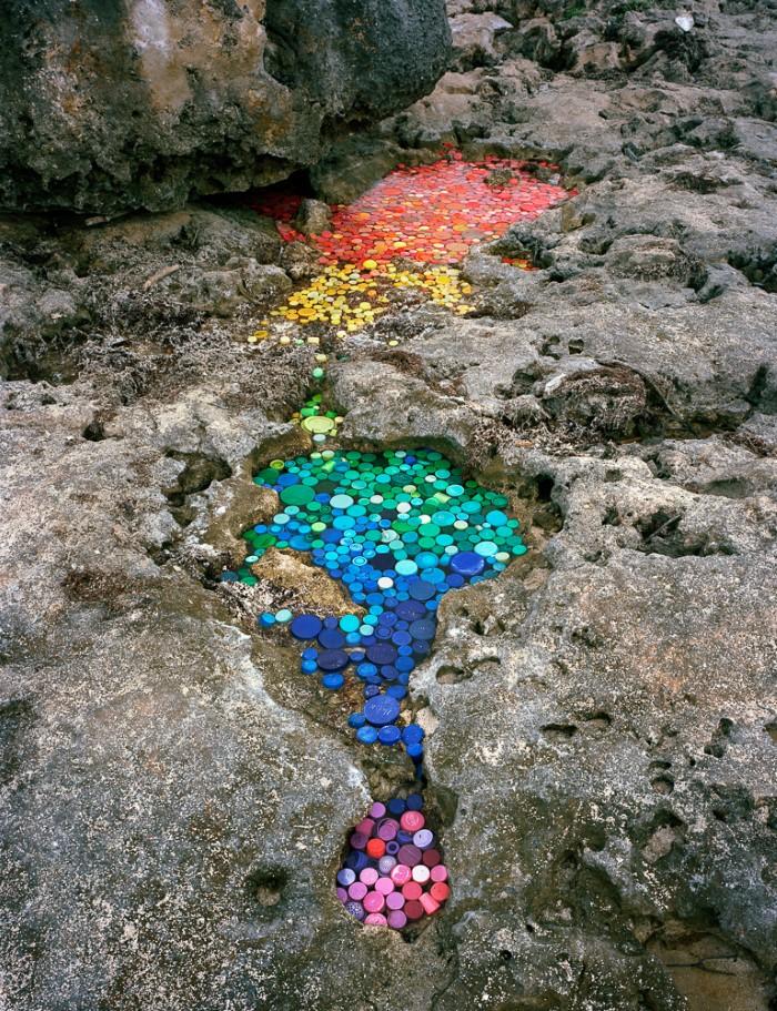فنان يسلط الضوء على خطر النفايات في الطبيعة