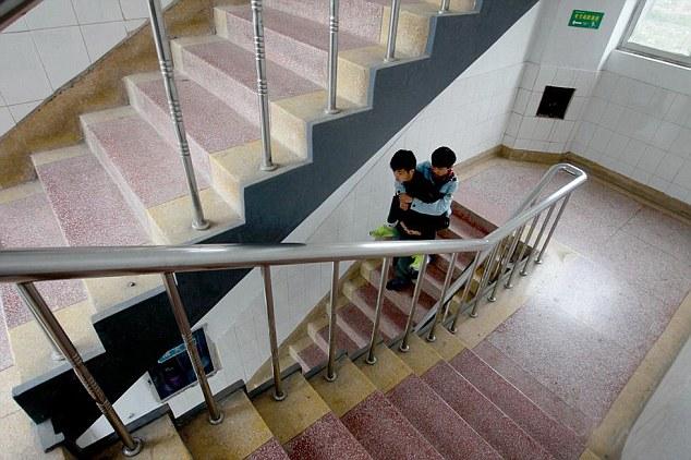 طالب يحمل صديقه المريض على ظهره لمدة 3 سنوات