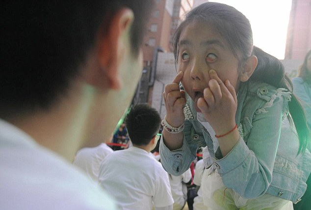 مسابقة غريبة في الصين تمنع الضحك أو الحركة  للفوز بساعة أبل