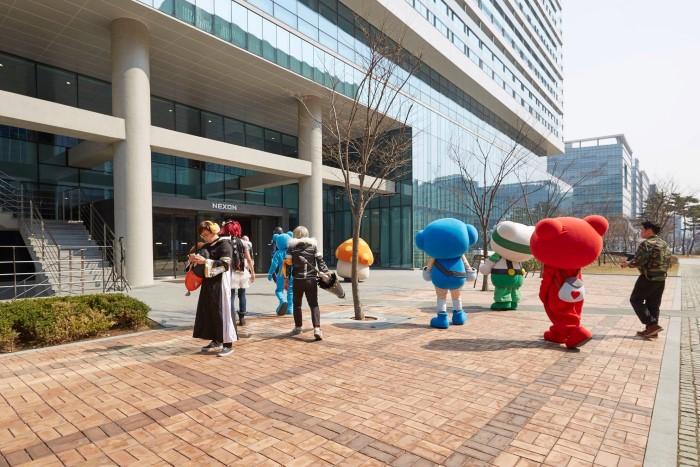 موظفو شركة NEXON للألعاب يرتدون لباس شخصيات الألعاب