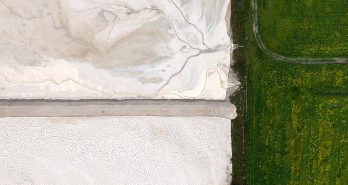 صور جوية لـ النفايات الصناعية تغزو الطبيعة