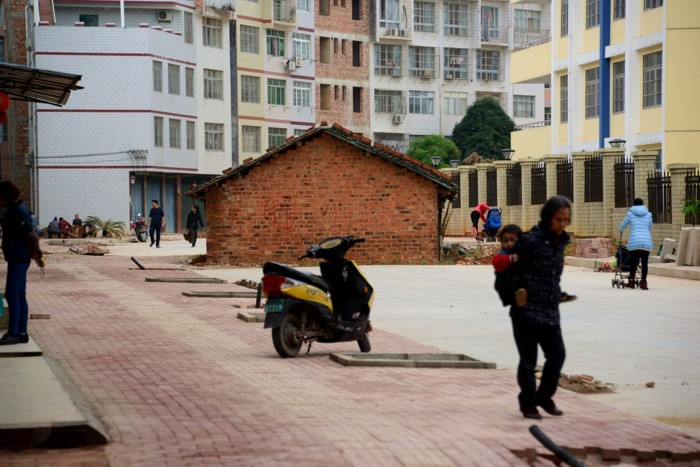 منزل صغير وسط الشارع في الصين