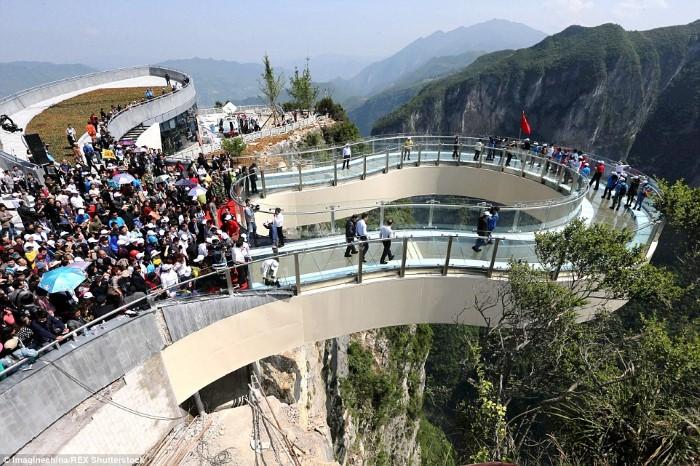المناظر الطبيعية من فوق الجبال من خلال جسر زجاجي معلق