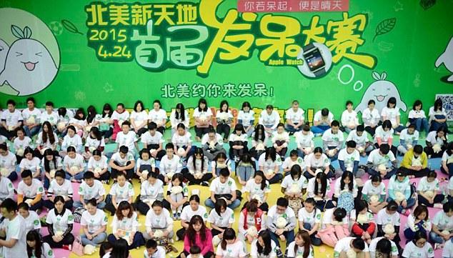 مسابقة في الصين تمنع الضحك أو الحركة  للفوز بساعة أبل