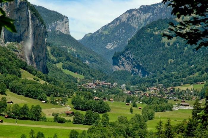 جمال الطبيعة الساحرة من جبال وشلالات ووديان في احدى قرى سويسيرا