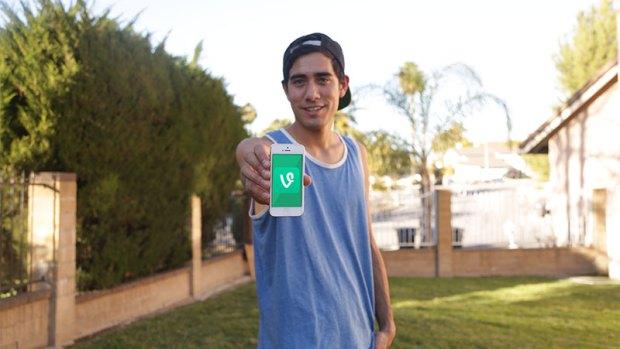 """Zach King""، من لوس أنجلوس، كاليفورنيا، ربما هذا الاسم لا يخفى كثيراً عنا، فهو واحد من أشهر نجوم شبكة الفاين والانستقرام، نظراً لما يقدمه من الخدع البصرية الإبداعية."