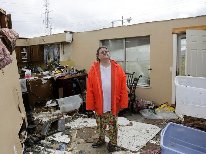 """كارول كول تقف على حطام منزلها في منطقة """"بروكن آرو"""""""