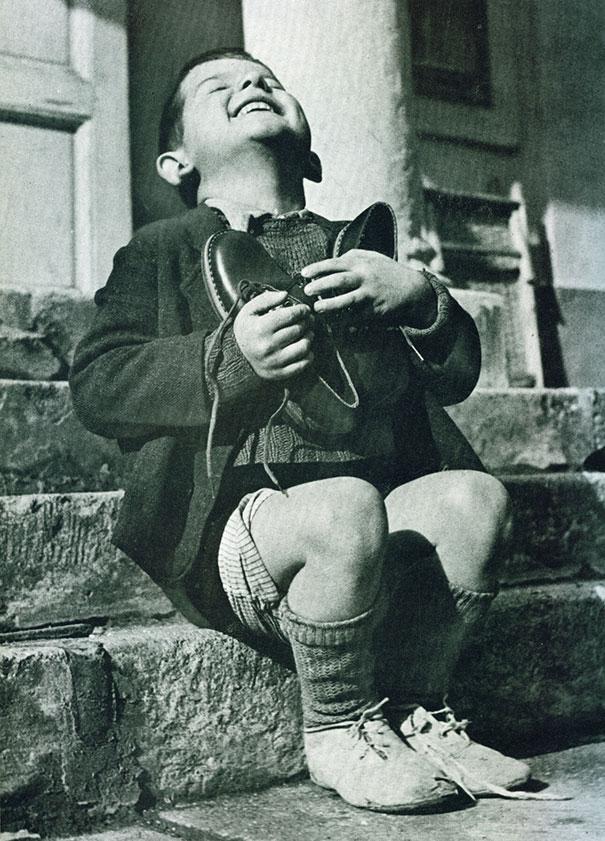 صور الأطفال ، طفل نمساوي سعيد للغاية بحصوله على زوج جديد من الأحذية