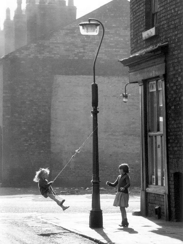 طفلتان تلهوان على أرجوحة في مانشستر، 1965م.
