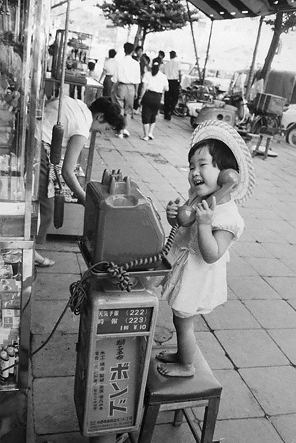 طفلة صغيرة تلهو بالهاتف في اليابان، 1958م.