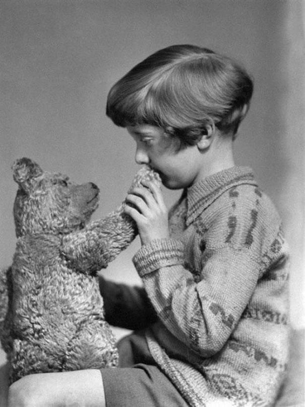 طفل مع لعبته المفضلة، 1927م.