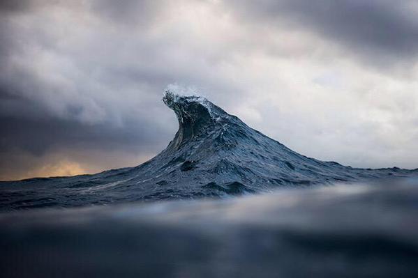 الأمواج وهي تبدو كالجبال