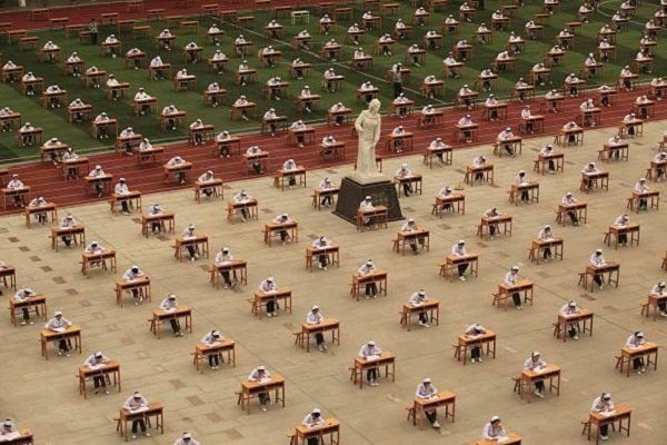 مشهد من تأدية الامتحانات في الصين في الهواء الطلق وبدون مراقبين.